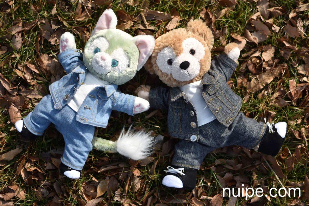 公園で寝転がるダッフィーとジェラトーニ