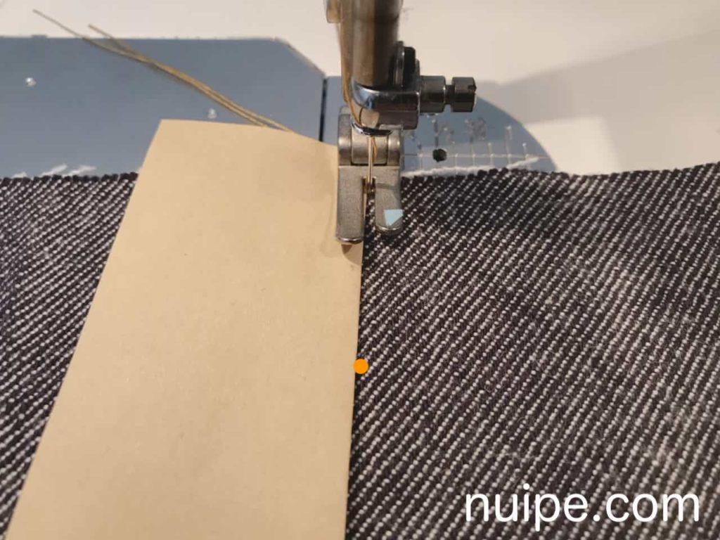 紙を当てて縫う