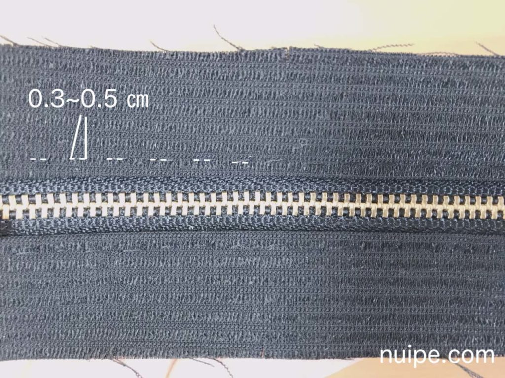 0.3~0.5 ㎝幅で縫う