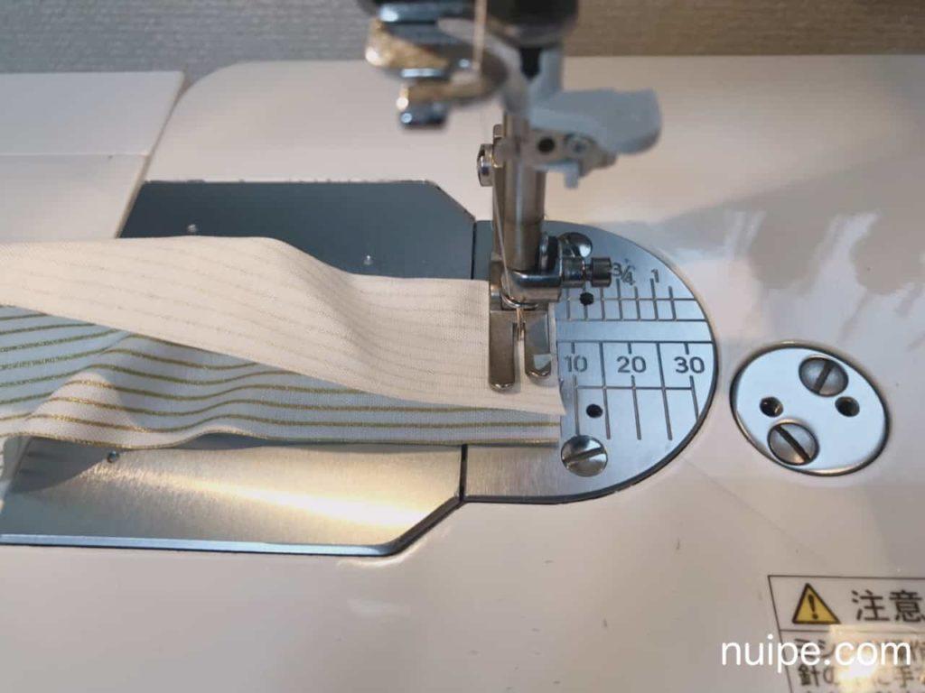 帯の端をミシンで縫う