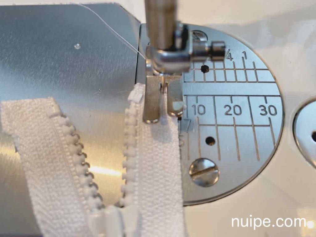 ファスナーを縫いとめる