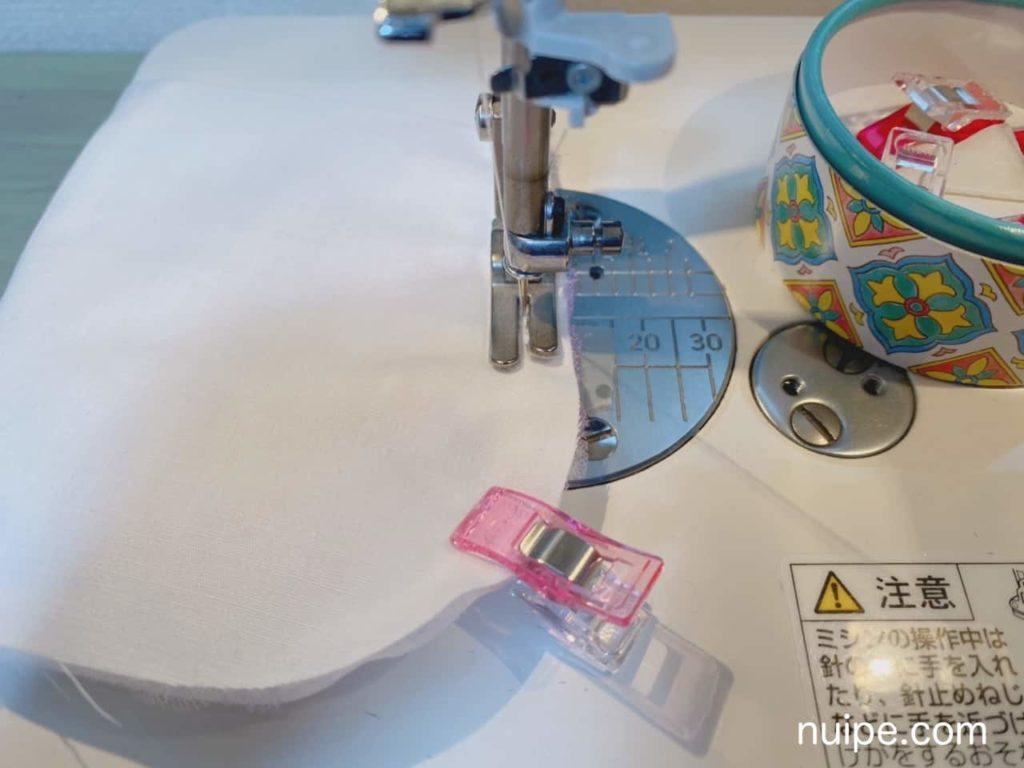 エプロンを縫う