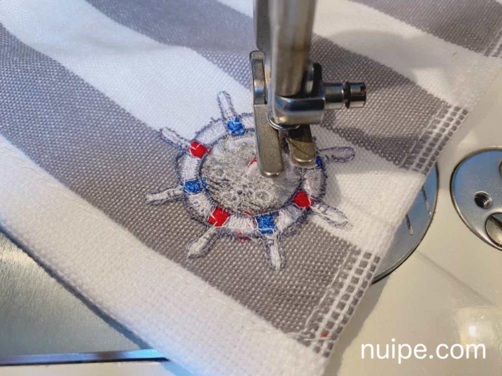 ハンカチに刺繍を縫い付ける