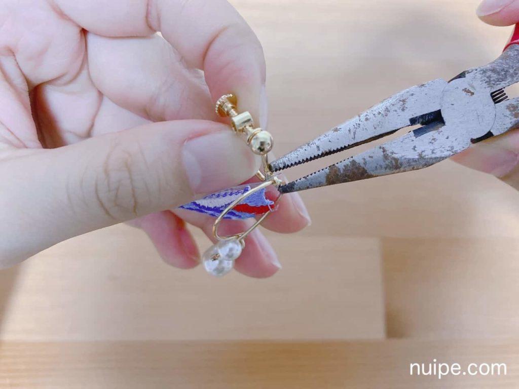 刺繍をイヤリングの金具に通す