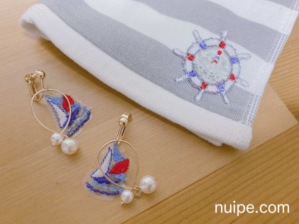 刺繍のイヤリングとハンカチ