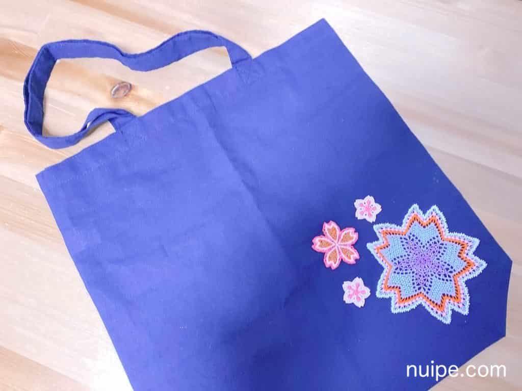 刺繍を縫い付けたバッグ