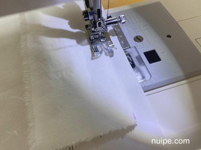 コピー用紙をしいて縫う