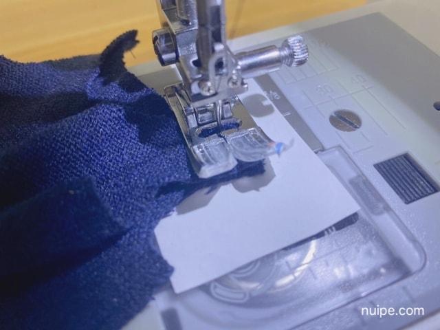紙と一緒にニットを縫う